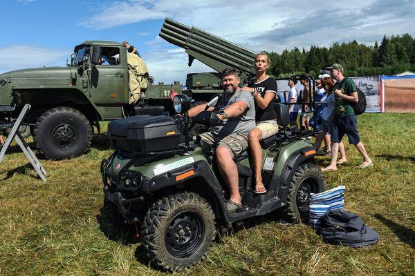 Зрители фестиваля Нашествие на выставке военной техники в поселке Большое Завидово в Тверской области