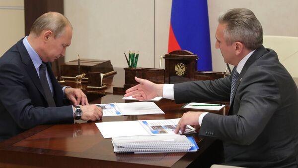 Президент РФ Владимир Путин и временно исполняющий обязанности губернатора Тюменской области Александр Моор во время встречи