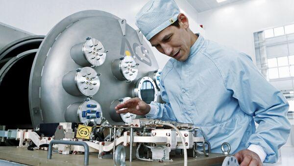 Сотрудник ПАО Ярославский радиозавод в цехе сборки модулей полезной нагрузки для перспективных космических аппаратов, открытом на Ярославском Радиозаводе