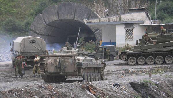 Боевая техника российских военнослужащих у Рокского тоннеля. 13 августа 2008 года