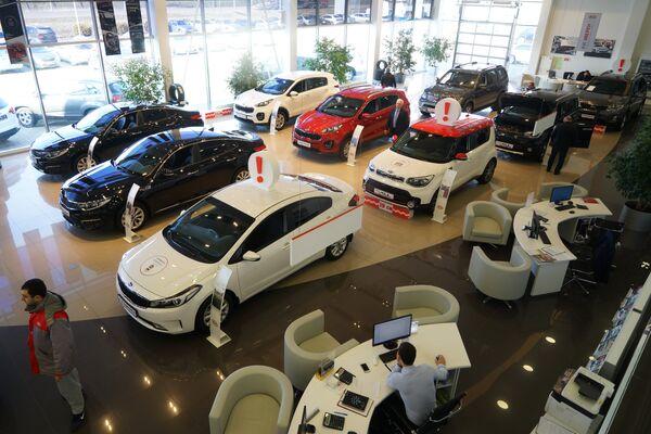 Автомобили KIA в автосалоне
