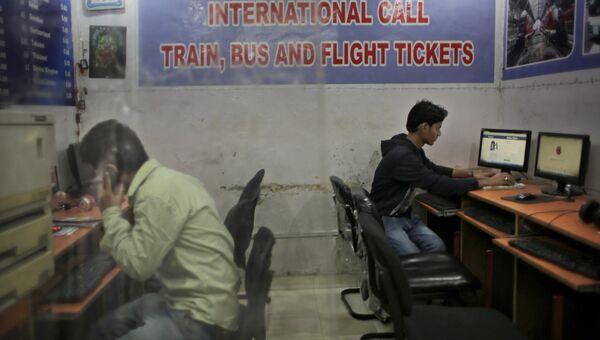 Посетители интернет-кафе в Нью-Дели
