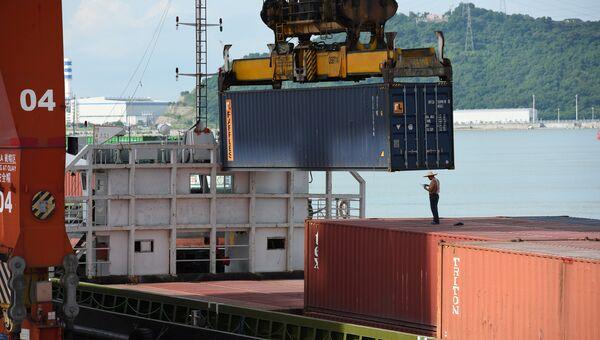 Грузовые контейнеры в порту города Шэньчжэнь, КНР. Архивное фото