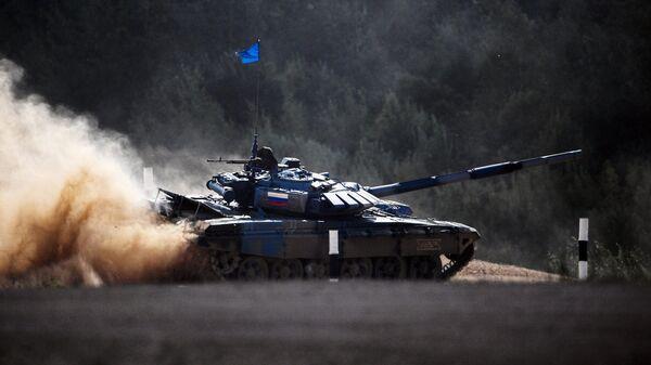 Танк команды армии России в полуфинальной эстафете на соревнованиях по танковому биатлону Армейских международных Игр-2018