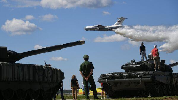 Самолет Ил-76МД перед началом третьего полуфинала международных соревнований Танковый биатлон-2018. 9 августа 2018