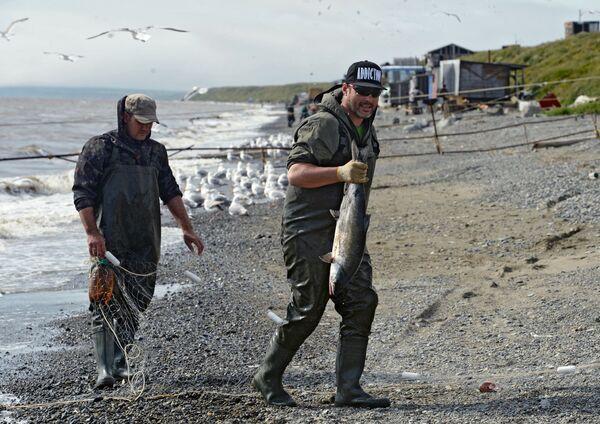 Рыбак с уловом на побережье Беренгова моря