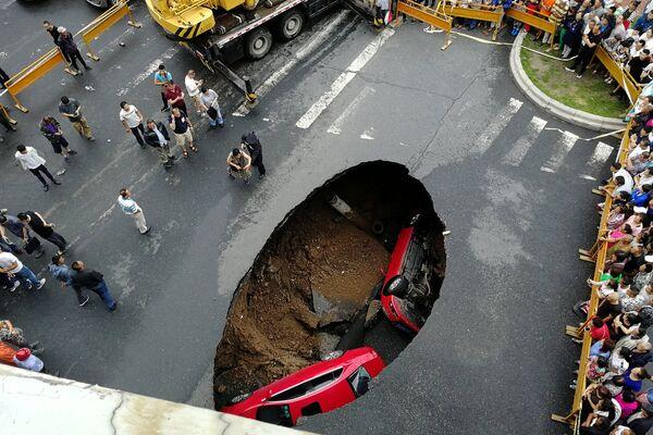 Провал грунта на улице в Харбине, Китай