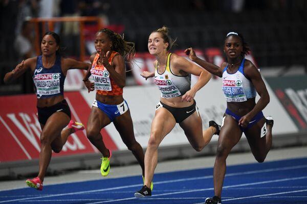 Дина Эйшер-Смит (Великобритания) и Гина Люкенкемпер (Германия) на дистанции забега среди женщин на 100 метров на чемпионате Европы по легкой атлетике в Берлине