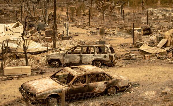 Сгоревшие в результате пожара в Калифорнии автомобили