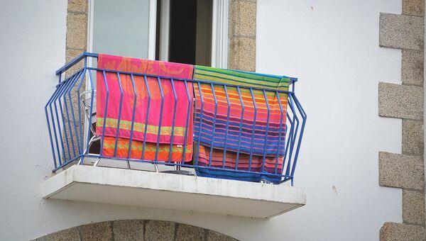 Пляжные полотенца на балконе