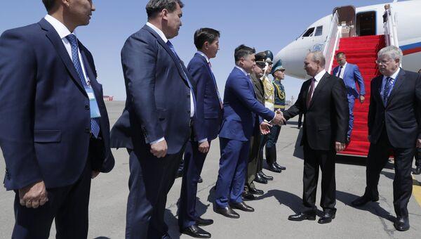 Владимир Путин во время встречи в аэропорту Актау. 12 августа 2018