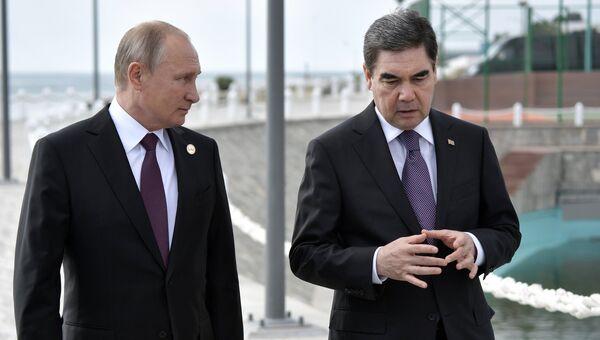 Владимир Путин и президент Туркменистана Гурбангулы Бердымухамедов во время прогулки по набережной Каспия глав государств-участников V Каспийского саммита в Актау. 12 августа 2018