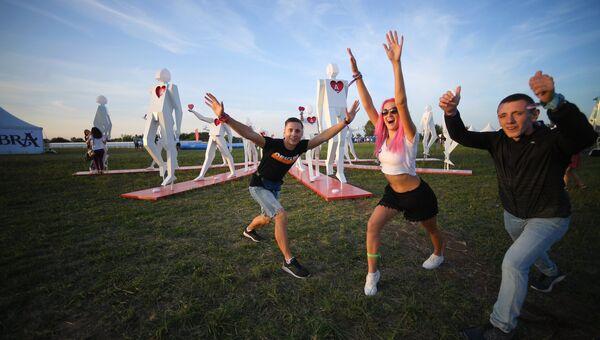 Посетители на юбилейном пятом музыкальном фестивале Alfa Future People в Нижегородской области