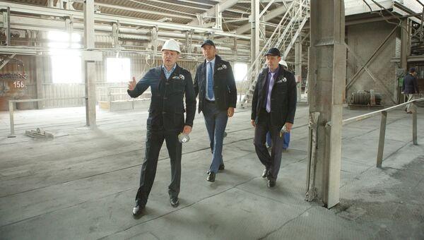 Заместитель главы Минпромторга РФ Виктор Евтухов во время посещения завода Башкирской содовой компании