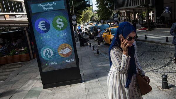 Электронное табло с текущим курсом валют на одной из улиц Стамбула. 13 августа 2018