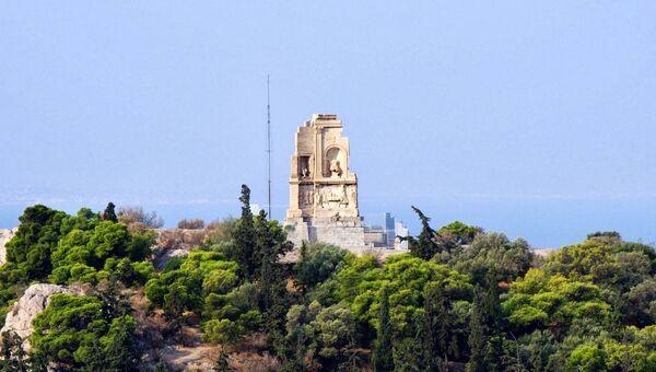 Памятник Филопаппу в центре Афин в Греции. Архифное фото