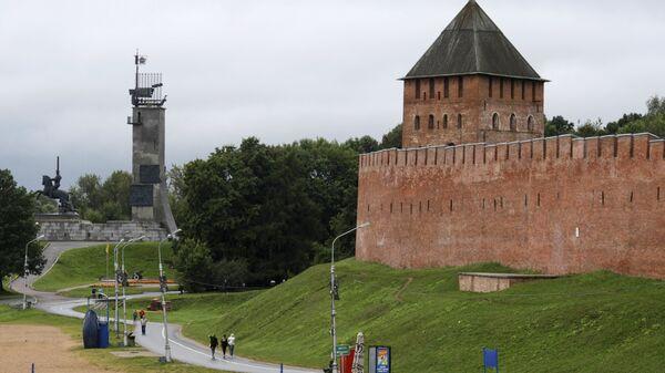 Вид на Кремль со стороны пляжа в Великом Новгороде