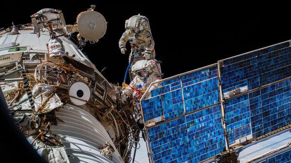 Российские космонавты Олег Артемьев и Сергей Прокопьев во время выхода в открытый космос. 15 августа 2018 года