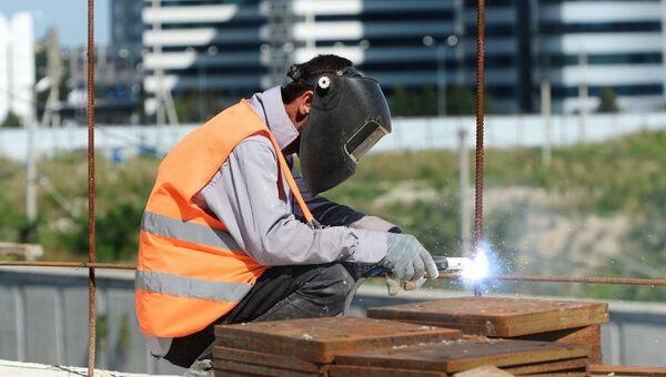 Рабочий во время сварочных работ