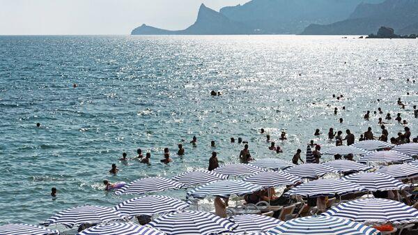 Отдыхающие на берегу Черного моря в Судаке. Архивное фото
