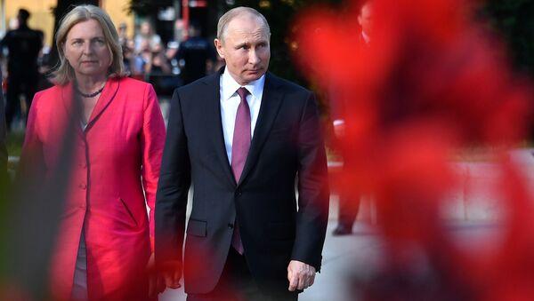 Президент РФ Владимир Путин и министр иностранных дел Австрии Карин Кнайсль в Вене. Архивное фото