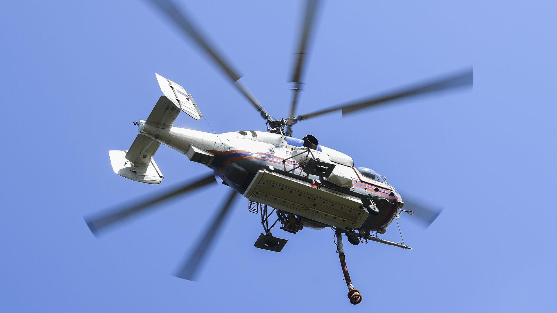 Пожарно-спасательный вертолет Ка-32А на показательном тушении пожара  - РИА Новости, 1920, 19.06.2021