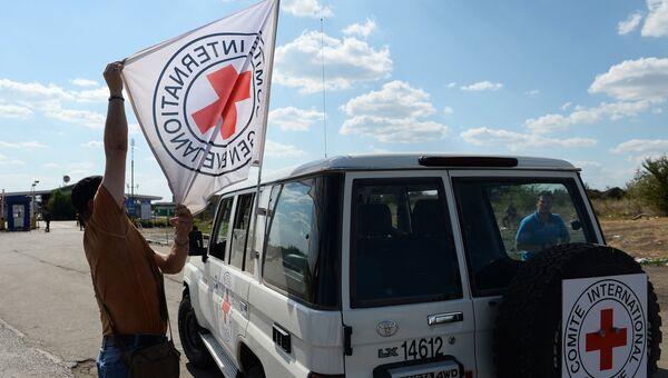 Автомобиль Красного Креста на востоке Украины. Архивное фото