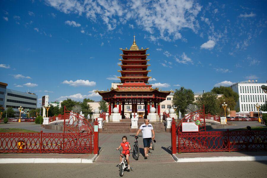 Пагода Семи Дней на центральной площади города Элисты