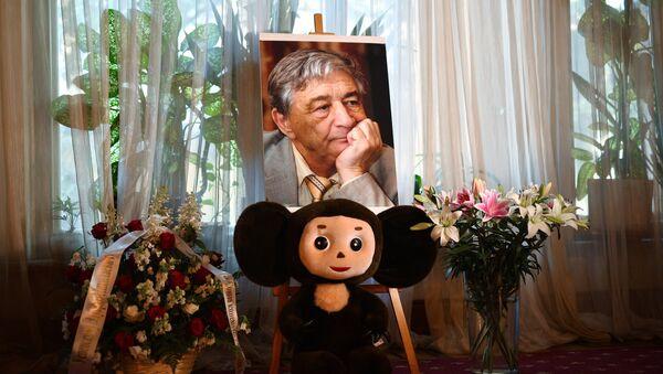 Портрет писателя Эдуарда Успенского и игрушка Чебурашка. Архивное фото