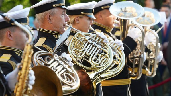 Выступление оркестра у Итальянского грота в Александровском саду в Москве в рамках программы Военные оркестры в парках. 18 августа 2018