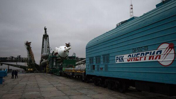 Вывоз ракеты-носителя Союз-ФГ с пилотируемым кораблем Союз ТМА-20М на стартовый стол первой Гагаринской стартовой площадки космодрома Байконур