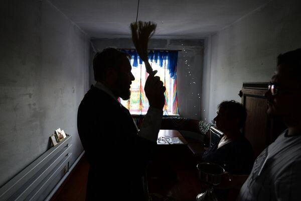 Участник духовно-просветительской миссии, корабля-церкви Святой апостол Андрей Первозванный протоиерей Олег Половников освящает сельский дом жительницы деревни Зорино