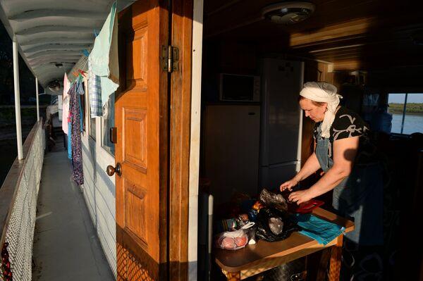 Повар готовит ужин участникам духовно-просветительской миссии на борту корабля-церкви Святой апостол Андрей Первозванный