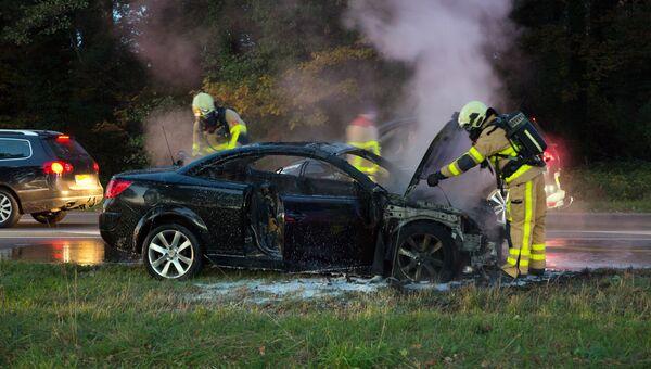 Пожарные тушат автомобиль