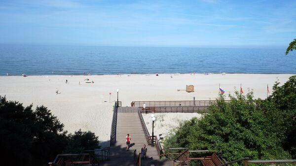 Пляж поселка Янтарный, которому присвоен международный знак Голубой флаг
