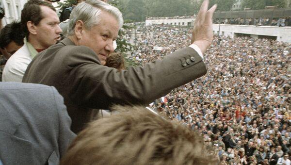 Президент России Борис Николаевич Ельцин приветствует участников митинга у здания Верховного Совета РСФСР. 20 августа 1991