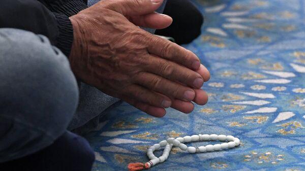 Верующий на намазе в праздник Курбан-Байрам в мечети Кул-Шариф в Казани