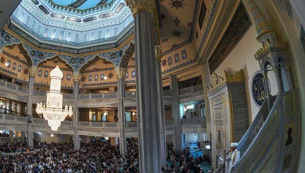 Председатель совета муфтиев России Равиль Гайнутдин  выступает перед верующими на богослужении в честь праздника Курбан-Байрам в Московской соборной мечети