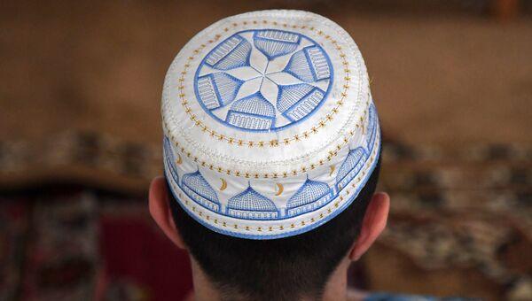 Мусульманин в мечети Джума Хан Джами в Евпатории во время празднования Курбан Байрам
