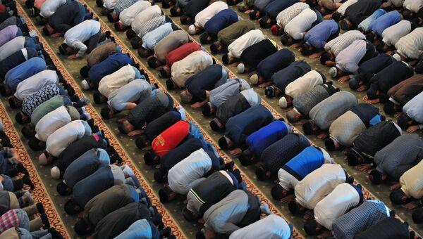 Верующие на намазе в праздник Курбан-Байрам мечети Сердце Чечни в Грозном
