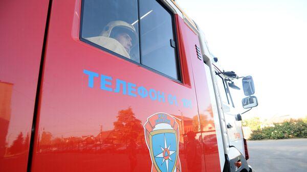 Пожарный специализированной пожарно-спасательной части №1 города Тамбова Роман Степанов на вызове в пожарной машине в городе Тамбове