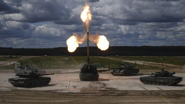 Танки Т-90 и самоходная артиллерийская установка Мста-С во время динамической экспозиции на форуме Армия-2018