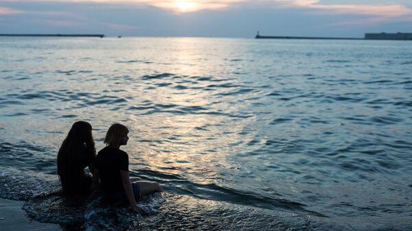 Отдыхающие на набережной в Севастополе