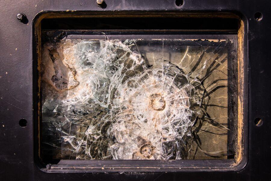 Последствия попадания снаряда в бронестекло автомобиля Hummer