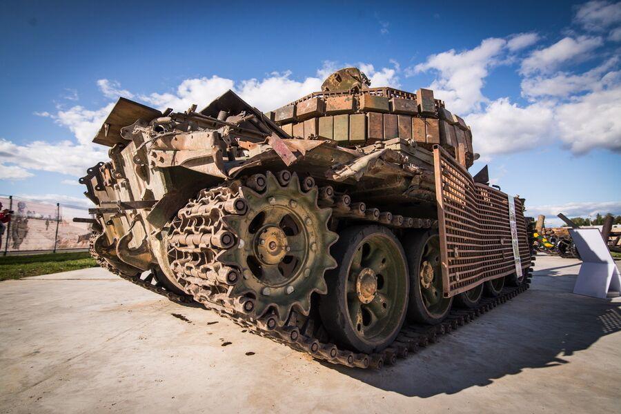 Танк Т-55МВ, увешанный самодельными противокумулятивными экранами и блоками динамической защиты