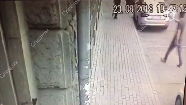 Нападение на полицейских в Москве. Кадры с камеры наблюдения