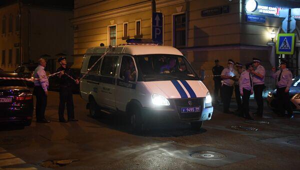 Машина правоохранительных органов на улице Сивцев Вражек в Москве. 23 августа 2018