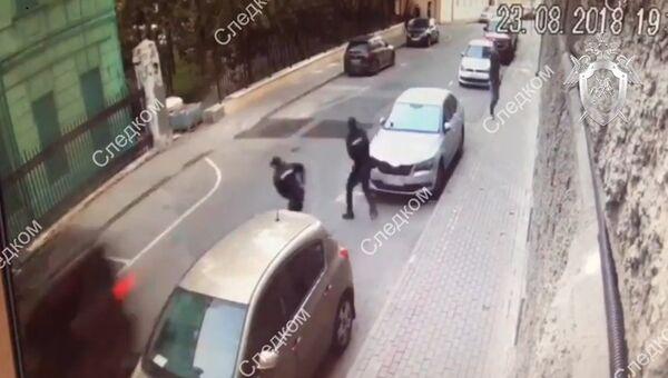 Мужчина обстрелял полицейских в центре Москвы.Видео с камеры наблюдения
