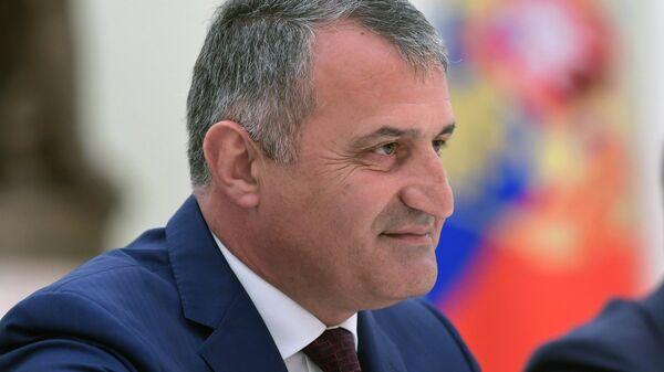 Президент Республики Южная Осетия Анатолий Бибилов во время встречи с президентом РФ Владимиром Путиным