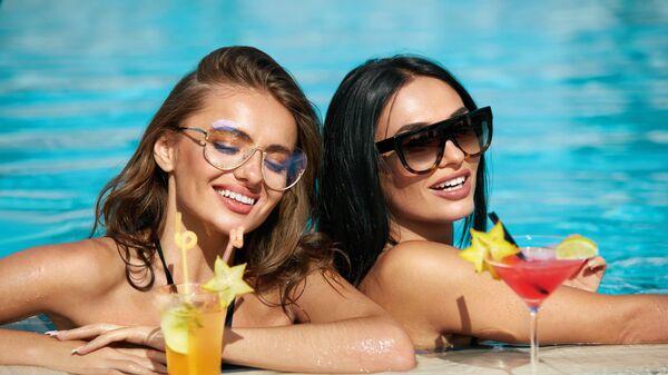 Девушки в бассейне